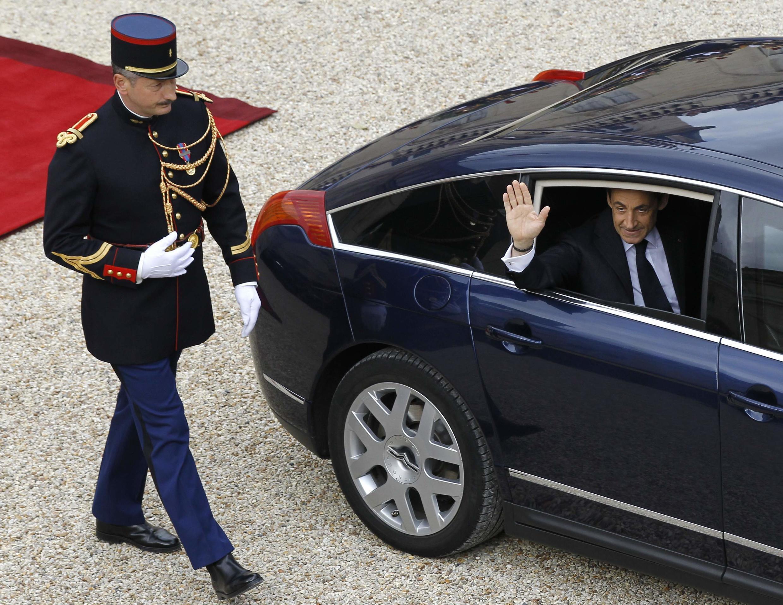 Николя Саркози покидает Елисейский дворец после церемонии инаугурации Франсуа Олланда 15 мая 2012