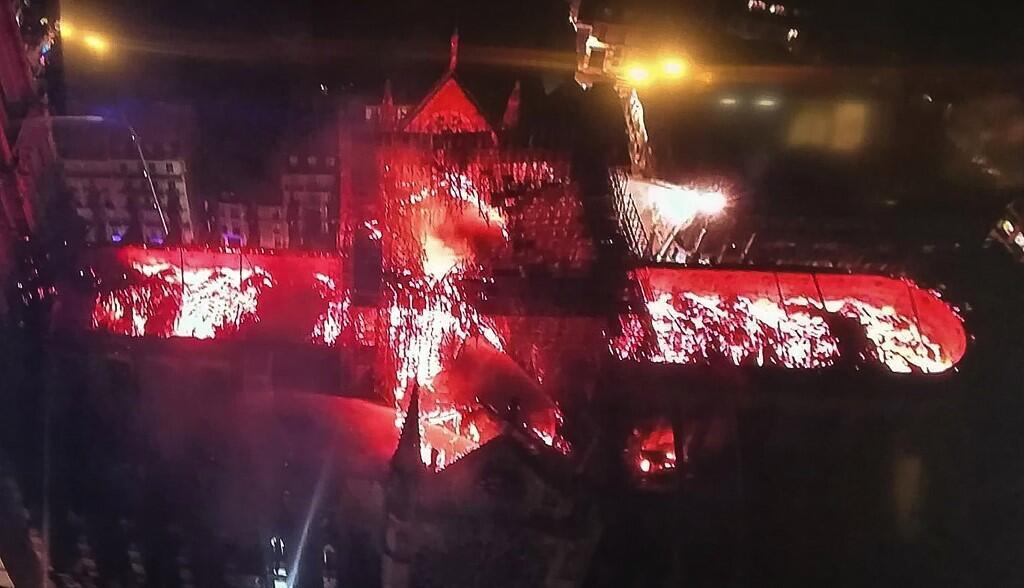 Vista geral das chamas sobre a catedral de Notre Dame de Paris na noite do 15 de Abril de 2019.