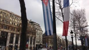 A avenida parisiense dos Campos Elíseos às cores de França e Cuba