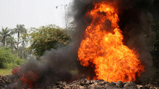 Le géant pétrolier Shell a été accusé à de nombreuses reprises pour son exploitation peu respectueuse de pétrole dans le Delta du Niger. Ici, du feu est déclenché sur un oléoduc de la compagnie à Mogho, dans l'État nigérian du Gokana Rivers, le 5 janvier 2017.