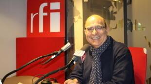 مهدی دادستان در استودیو رادیو بینالمللی فرانسه