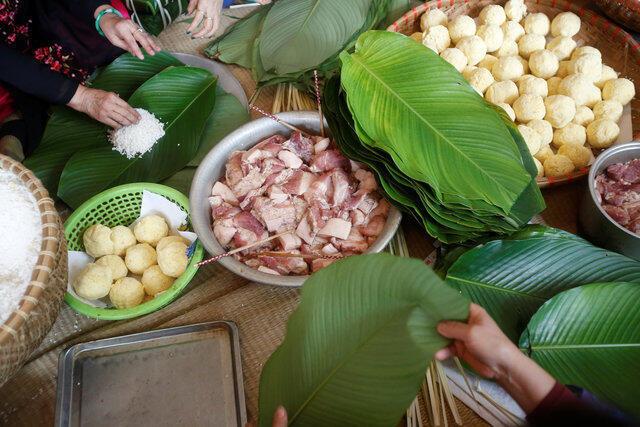 Gói bánh chưng ngày Tết tại làng gần Hà Nội.