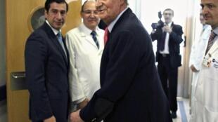 O rei Juan Carlos da Espanha deixa o hospital em Madri, nesta quarta-feira.