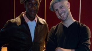 Concours de casquettes entre Aloe Blacc et Loïc Bussieres