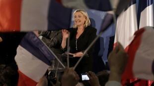 A líder da Frente Nacional, Marine Le Pen, comemora o bom resultado de seu partido no primeiro turno das eleições legislativas francesas.