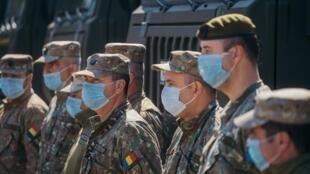 Soldats roumains lors de l'installation d'un hôpital mobile dans la banlieue de Bucarest, le 19 mars 2020.