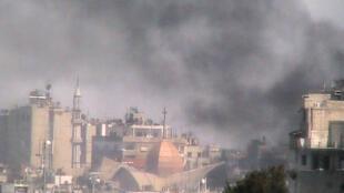 As forças do regime sírio ignoram os pedidos da ONU e da Liga Árabe e continuam bombardeando cidades e matando civis.