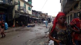 16 juillet 2018. Les rues du marché de Madina à Conakry habituellement bondées étaient désertes suite à l'appel à la journée ville morte lancé par la société civile. Le 24 juillet, la grève a moins bien fonctionné.