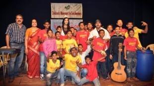 Grâce à l'association Accorn, ces enfants ont collaboré avec des artistes indiens et étrangers et créé leurs propres chansons.