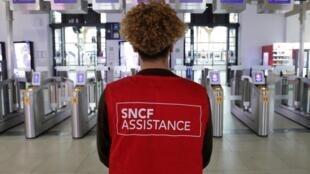 法国反退休改革罢工交通瘫痪,国铁出动红背心助理员告诉大家今天没车2019年12月5日