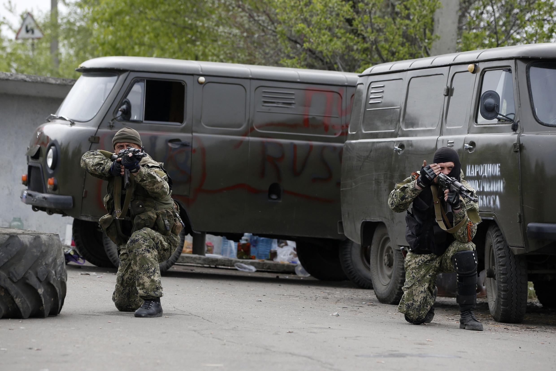 La situation reste tendue dans plusieurs localités de l'Est ukrainien. Ici, des séparatistes pro-russes brandissent leurs armes près de l'aéroport de Kramatorsk.