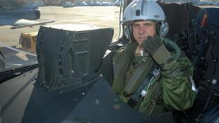 Marinho voou no caça Rafale, o mesmo que a França tenta vender ao Brasil.