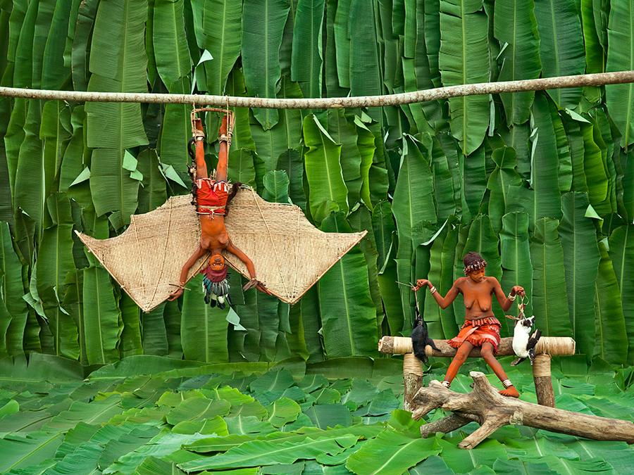 Epanza Makita, batwalé. Pour les Pygmées, la chauve-souris est une étrange créature, mi-animale, mi-oiseau. En se comparant à la chauve-souris, Walé Apanza Makita (19 ans, mariée, 1 an de réclusion), exprime sa singularité et affiche sa supériorité.