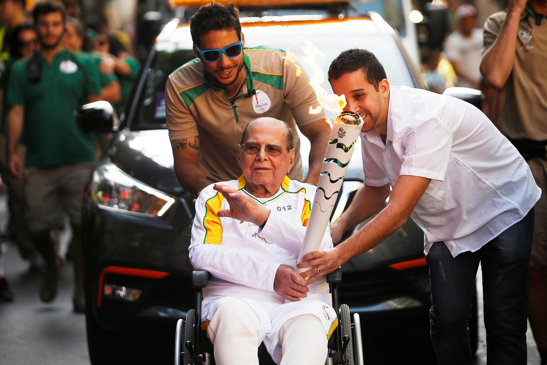 Vendredi 5 août, à la veille de son décès, Ivo Pitanguy avait porté brièvement en fauteuil roulant la flamme olympique pour l'inauguration des JO de Rio dans la soirée au stade Maracana.