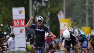 Le coureur colombien Brayan Sanchez (Team Medellin) a remporté la 1ère étape à Rwamagana, le 2 mai 2021.