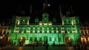 Tòa đô chính Paris chuyển sang mầu xanh lá cây ngay khi tổng thống Donald Trump thông báo rút Hoa Kỳ ra khỏi hiệp định Paris về khí hậu.