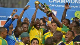 Wachezaji wa timu ya Mamelodi Sundowns ya Afrika Kusini wakishangilia baada ya kushinda taji la klabu bingwa Afrika, CAF, 23 October 2016