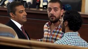Các nhà báo đài Al -Jazeera  Mohamed Fahmy (T) and Baher Mohamed  tại tòa án Cairo, ngày 29,/8/2015.