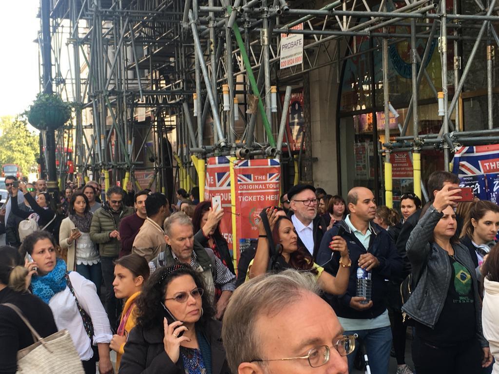 Eleitores brasileiros enfrentaram longas filas para votar em Londres.