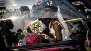 Une mariée sort d'une voiture pour une séance photo le 27 juin 2015 à Bujumbura.