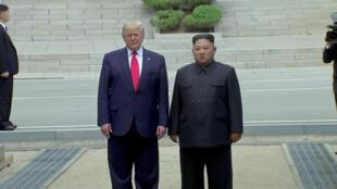 Donald Trump e Kim Jong-un na zona desmilitarizada entre as duas Coreias neste domingo, 30 de junho de 2019.