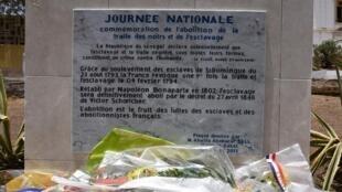Plaque commémorant l'abolition de la traite négrière posée à Dakar le 27 avril 2015 lors de la première Journée nationale de l'esclavage au Sénégal.