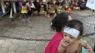Chờ đợi khám bệnh ở bệnh viện Kantha Bopha, Phnom Penh, 04/07/2012