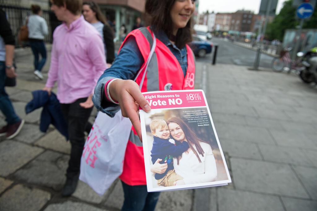 Des partisans du «non» à l'avortement le 24 mai à Dublin, à la veille d'un référendum sur le sujet en Irlande.