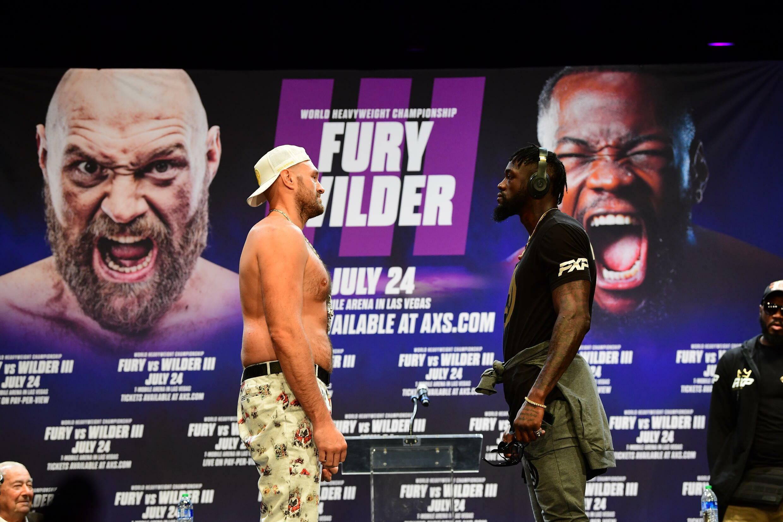 El púgil británico Tyson Fury (izq) y el estadounidense Deontay Wilder, el 15 de junio de 2021 en Los Ángeles, durante una presentación a la prensa de su combate