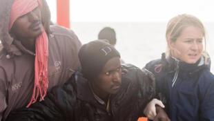 Mathilde Auvillain soutient un rescapé recueilli sur l'Aquarius, le bateau de SOS Méditerranée.