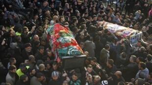 Parentes da brasileira Malak Zahwe e de Iman Hijazi, outra vítima do atentado de quinta-feira, carregam seus caixões durante o funeral em um vilarejo do sul do Líbanon nesta sexta-feira, 3 de janeiro de 2014.