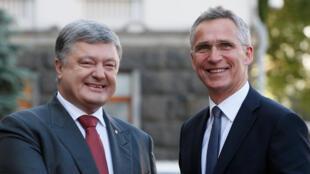 Le président ukrainien Petro Porochenko (g.) accueillant le secrétaire général de l'Otan, Jens Stoltenberg à Kiev, le 10 juillet 2017.