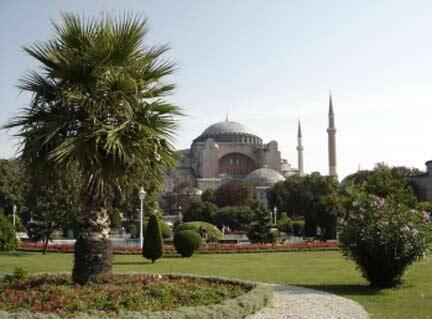 La basilique Sainte-Sophie avait été transformée en mosquée après la prise de Constantinople en 1453, jusqu'au XXe siècle.
