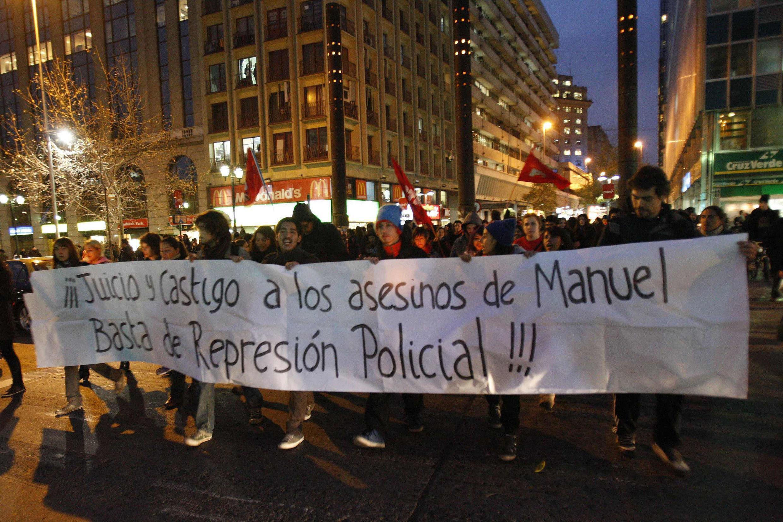 «Procès et châtiment pour les assassins de Manuel Gutierrez, assez de répression policière» est-il écrit sur la banderole, Santiago le 26 août 2011.