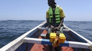 Un pêcheur sénégalais dans sa pirogue au large de Dakar. (Illustration).