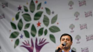 Selahattin Demirtas, líder del partido kurdo (HDP) durante la celebración de sus resultados electorales en Estambul, 8 de junio de 2015.