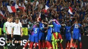 Les joueurs de l'équipe de France en fusion avec leurs supporters après le 2e but d'Antoine Griezmann contre l'Allemagne, le 7 juillet 2016