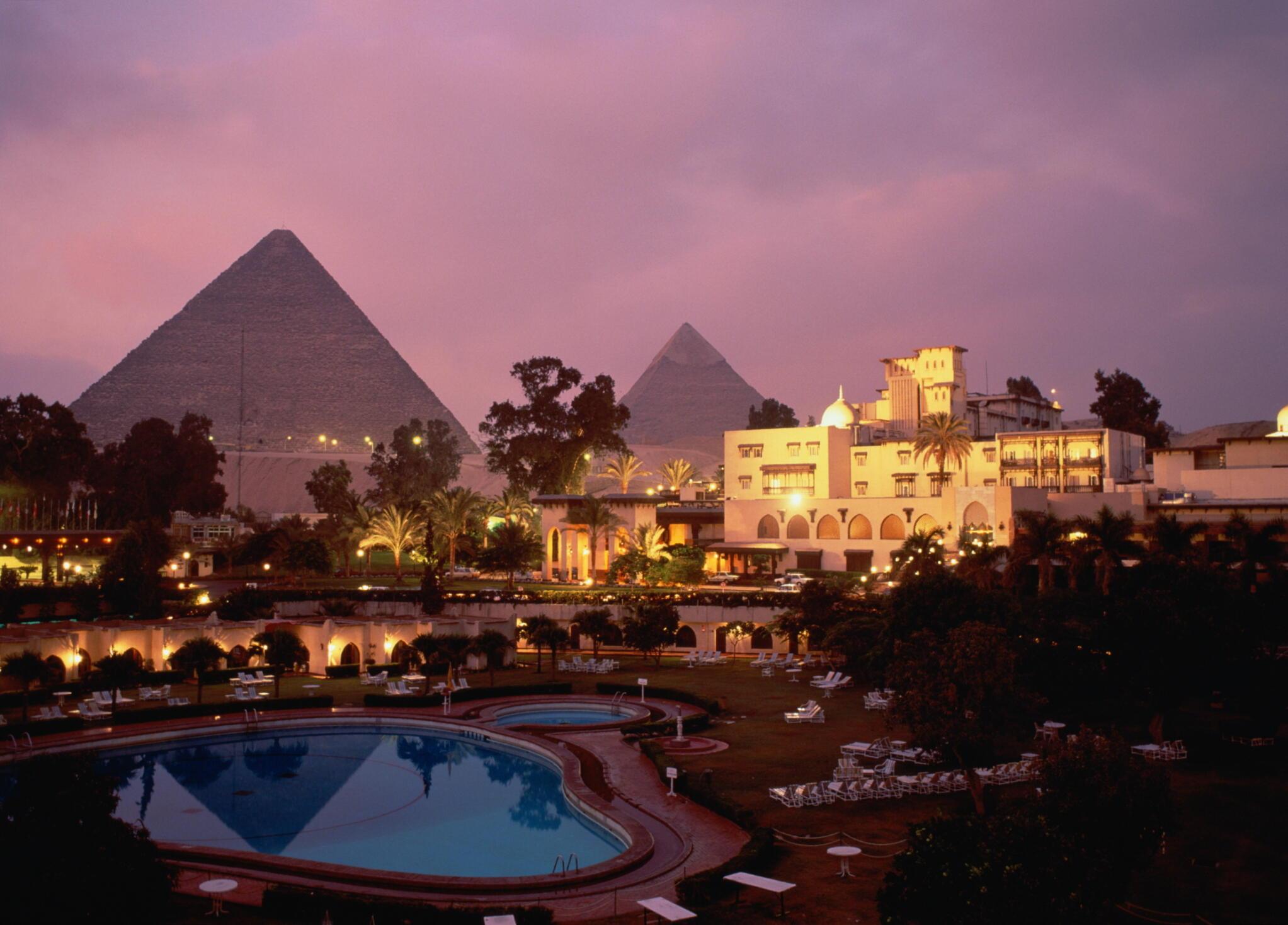 Une vue du Caire en Egypte, avec en arrière plan la pyramide de Gizeh.