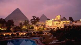 Une vue du Caire en Egypte, en arrière plan la pyramide de Gizeh.