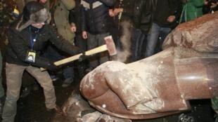 Người biểu tình hạ tượng Lê-nin tại Kiev, ngày 08/12/2013.