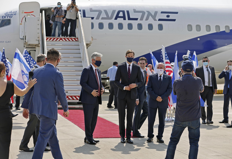 Jared Kushner, yerno y asesor de Donald Trump, posa delante del avión de El Al que lleva a las delegaciones estadounidense e israelí a Abu Dgabi el 31 de agosto de 2020.