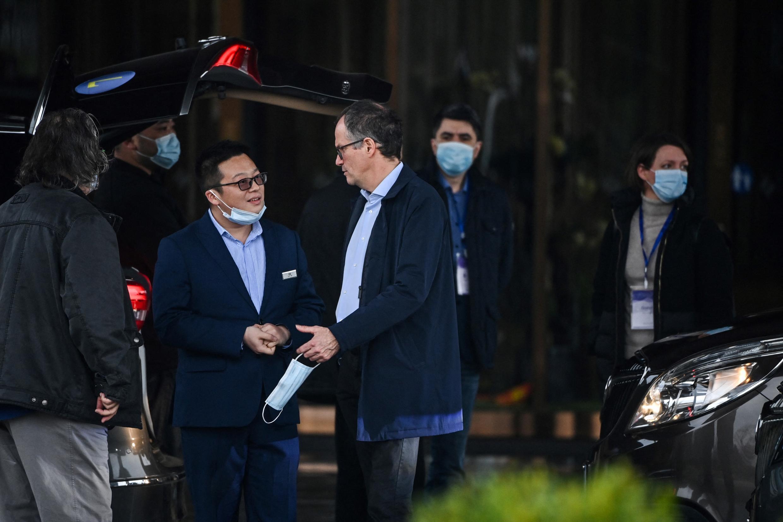 Ông Peter Ben Embarek (G) cùng các chuyên gia y tế khác sau khi Tổ chức Y tế Thế giới (WHO) kết thúc cuộc điều tra nguồn gốc virus corona tại Vũ Hán, Trung Quốc ngày 10/02/2021.