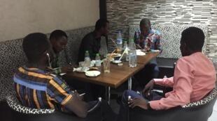 Étudiants tchadiens et guinéens dans un café à Marrakech.