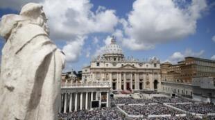 Um multidão lotou a praça São Pedro, em Roma, para assistir a missa de Pentecostes neste domingo, 19 de maio de 2013.