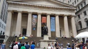 Wall Street en Nueva York, que alberga la bolsa de valores estadounidense, lugar principal del mercado mundial.