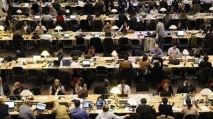 Báo chí truyền thông hoạt động hết công suất đưa tin về hội nghị Thượng đỉnh Bruxelles 27/10/2011.