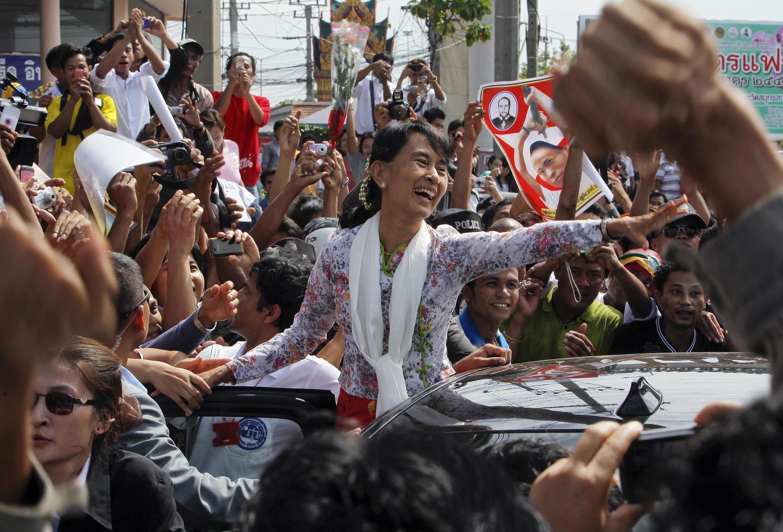 Bà Aung San Suu Kyi đi thăm đồng bào ở Samut Sakhon (REUTERS)