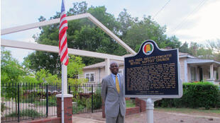 Le Révérend Thomas Wilder, actuel pasteur de l'Eglise baptiste de Bethel à Birmingham, devant le monument qui rappelle la structure de l'ancienne maison de l'ardent défenseur des droits civiques Révérend Shuttleworth, plastiquée le 25 décembre 1956.