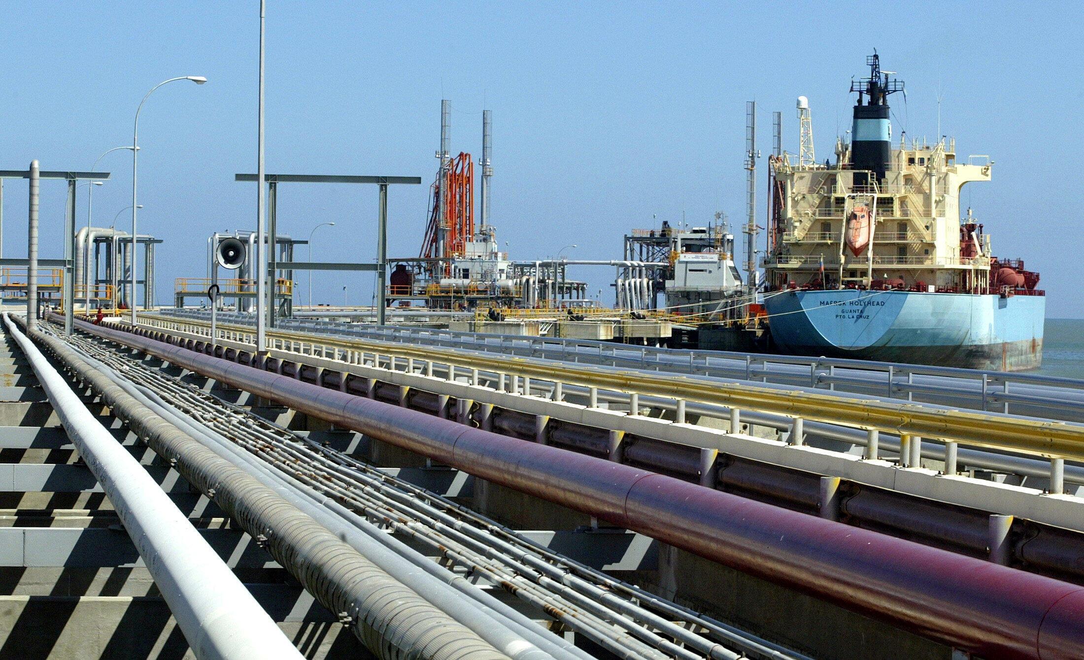 Ảnh tư liệu. Một tàu chở dầu tại một cảng ở Venezuela.