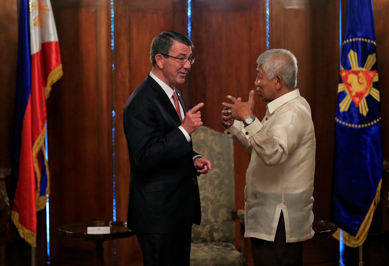 Bộ trưởng Quốc Phòng Philippines Voltaire Gazmin (P) nói chuyện với đồng nhiệm Mỹ Ash Carter tại dinh tổng thống ở Manila ngày 14/04/2016.
